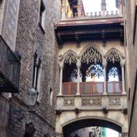 Dzielnica gotycka znajduje się w samym centrum starego miasta. Jest to zdecydowanie jedno z ulubionych miejsc wszystkich podróżnych, którzy interesują się sztuką, historią i architekturą. Dzielnica Gotycka, czyli Barri Gotic, była w przeszłości rzymską wioską. Teraz jej stare budynki, urokliwe uliczki, klimatyczne place, bary, kawiarnie i restauracje, przyciągają rzesze turystów.