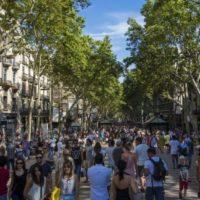 La Rambla (znana przez wielu jako Las Ramblas) to popularna ulica w centrum urokliwej Barcelony. Tętniąca życiem promenada jest zawsze pełna turystów, artystów, stoisk z pamiątkami, sklepów i restauracji. Często jest to pierwszy punkt orientacyjny, który każdy turysta identyfikuje z miastem. Ten elegancki bulwar to jednak dopiero początek naszej przygody z Barceloną.