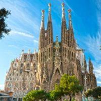 Jest to niekompletne, ale spektakularne dzieło znanego artysty, Antonio Gaudí. Ta olbrzymia Bazylika była w budowie od 1882 roku. Dlaczego jest jedną z najbardziej znanych atrakcji w Barcelonie? Zapewne ze względu na talent artysty i jego niepowtarzalny styl. Jego pasja do gotyku i krzywoliniowych form secesyjnych jest wyraźnie zaznaczona w Sagrada Familia. To trzeba zobaczyć!