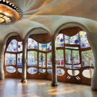 Kolejny wielki budynek, który powinien być na liście każdego turysty, to Casa Batlló. Tak, także został zaprojektowany przez samego Gaudiego. To oczywiście widać na pierwszy rzut oka. Obiekt znajduje się blisko La Pedrera, na Paseo de Gracia. Casa Batlló przyciąga każdego, kto spaceruje po tej okolicy.