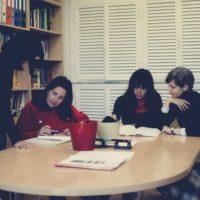 1. Wprowadzenie do nauczania ELE. 2. Europejskie ramy podziału na poziomy oraz plan nauczania zgodnie z programem Instytutu Cervantes. 3. Nauczanie skoncentrowane na uczniu. 4. Elementy składowe klasy: cele, treści, działań, form społecznych i mediów. 5. Rola nauczyciela w klasie. 6. Przygotowanie do zajęć. 7. Jak oceniać wypowiedzi ustne, jak sprawdzić czytanie ze zrozumieniem i pisanie. Rozów tych aspektów. 8. Gramatyka pedagogiczna i komunikacja w procesie nauczania gramatyki. 9.Przygotowanie interaktywnego materiału na zajęcia. 10. Interakcje i komunikacja w klasie. 11. Dynamika w klasie. 12. Nowe technologie procesie nauczania hiszpańskiego.
