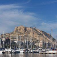 Alicante to także piękne miasteczka, które mimo upływu czasu, zachowują swój styl i cieszą się wielkim zainteresowaniem. Patrząc na wybrzeże Alicante i kierując się na północ polecamy takie miejscowości jak El Campello, Villajoyosa, Benidorm, Altea i Calpe.